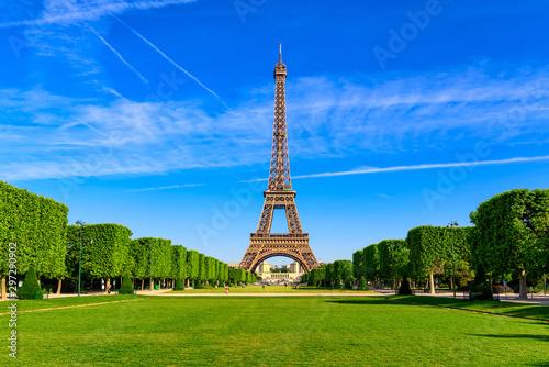 Wieża Eiffla w Paryżu i Champ de Mars w Paryżu, Francja. Wieża Eiffla jest jedną z najbardziej charakterystycznych atrakcji Paryża. Champ de Mars to duży park publiczny w Paryżu.