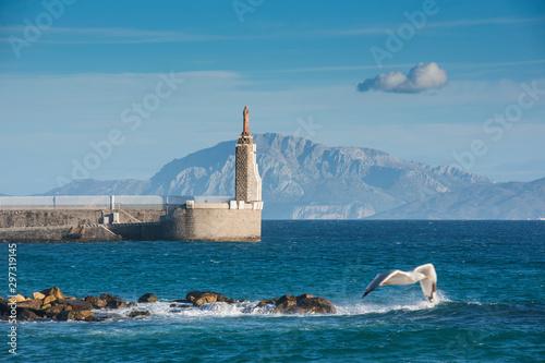 Vista de la entrada del puerto de Tarifa y la montaña Jebel Musa (Africa) en el fondo, Cadiz, Andalucia, España