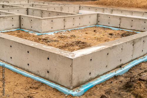 Fotografía New concrete house foundation with waterproofing