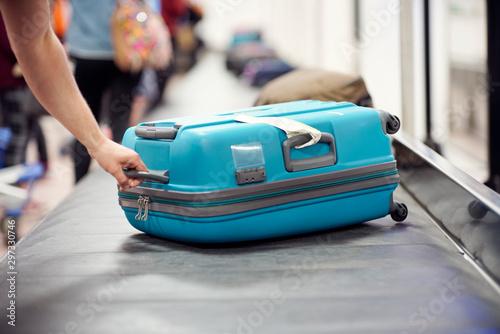 Obraz na plátně Baggage claim luggage conveyor belt at airport