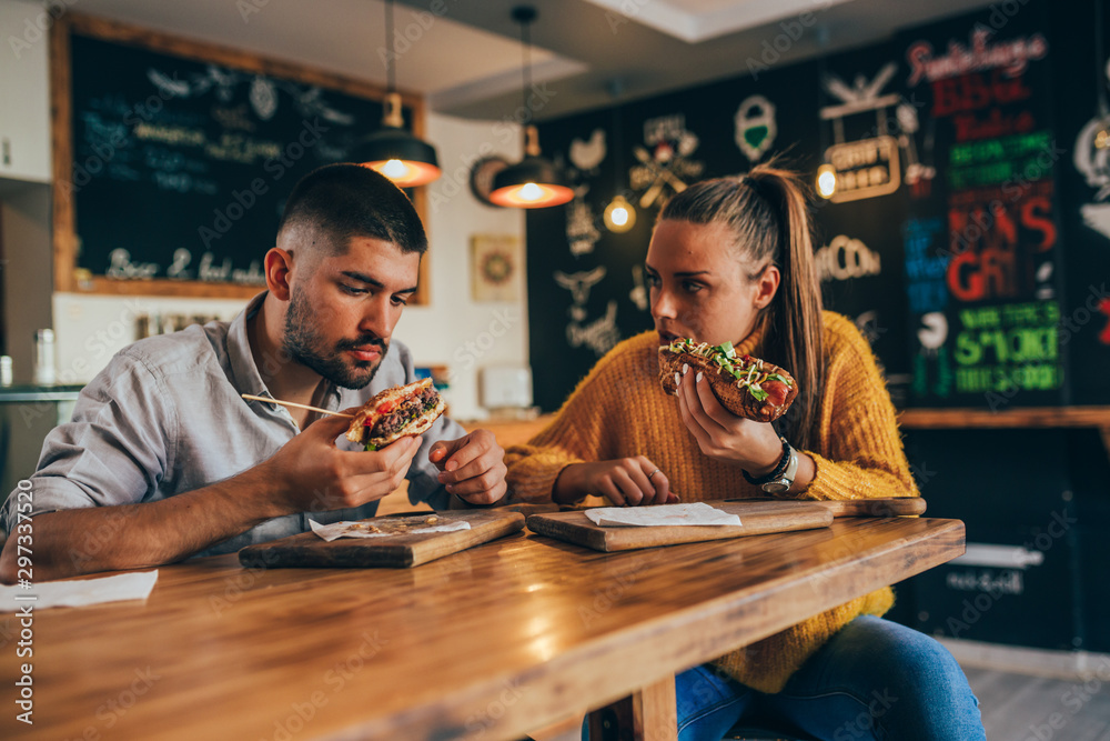Fototapety, obrazy: couple having fun eating in food corner bar