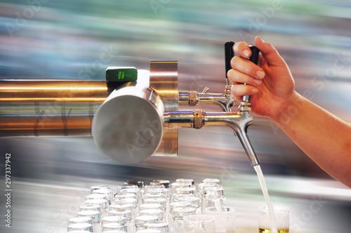 Fotomural  Bierzapfen, ein Zapfhahn mit einer Hand beim Bierglas füllen