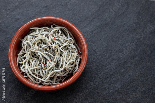 Fotografía Traditional Spanish food. Gulas with oil in ceramic dish.