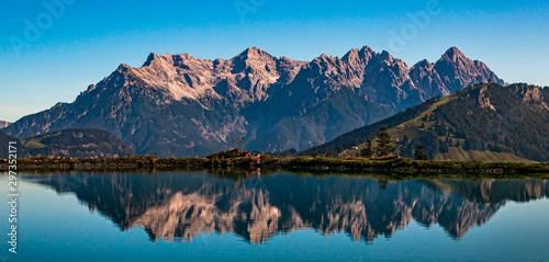 Foto auf Gartenposter Blaue Nacht Beautiful alpine view with reflections in a lake at Fieberbrunn, Tyrol, Austria