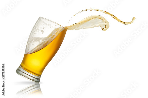 Fotomural Beer splash in glass isolated on white