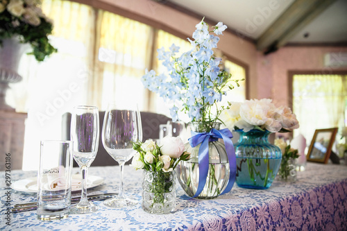 Fototapety, obrazy: catering at a top event, glasses and flowers on the table, preparation for a significant event, beautiful dishes and glasses on the table, New Year's holiday table