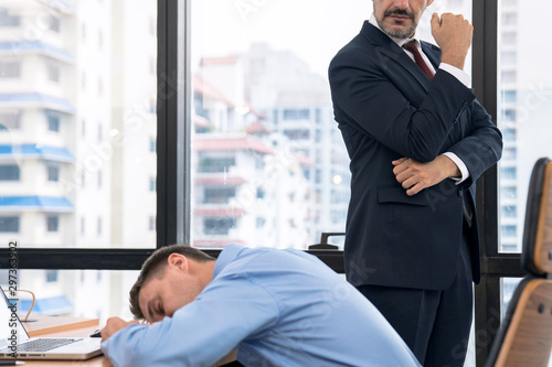 Manager s discover lazy employee sleeping during day job. Fototapet