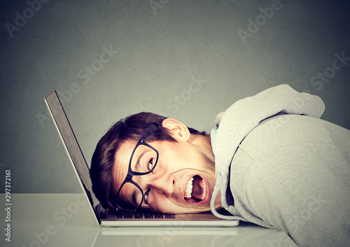 Frustrated man feeling stressed with his laptop computer Fototapet