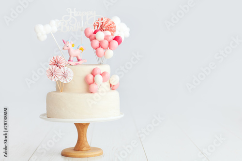 Fotografia baby girl birthday cake with unicorn and balloons