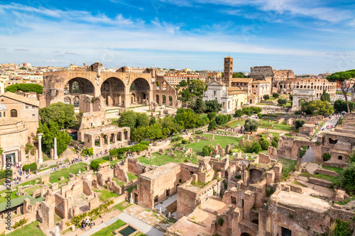 Cuadros en Lienzo Aerial panoramic cityscape view of the Roman Forum and Roman Colosseum in Rome, Italy