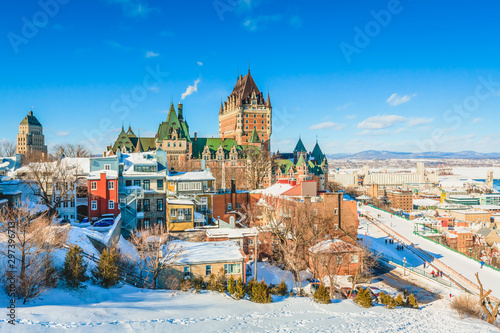 Tuinposter Oude gebouw City Skyline of Old Quebec City with Chateau Frontenac, Dufferin terrace and St. Lawrence River in Winter