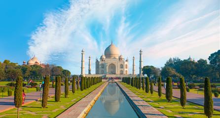 Taj Mahal i jasne błękitne niebo - Agra, Indie