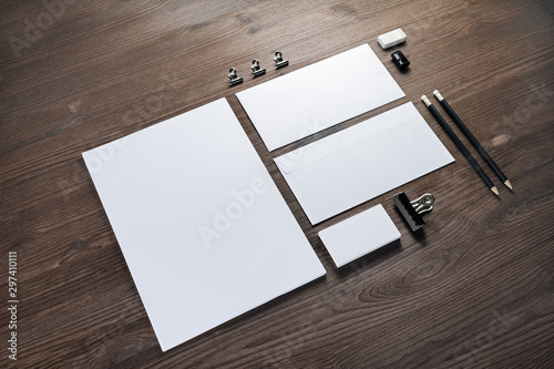 Pinturas sobre lienzo  Blank corporate stationery set on wood table background