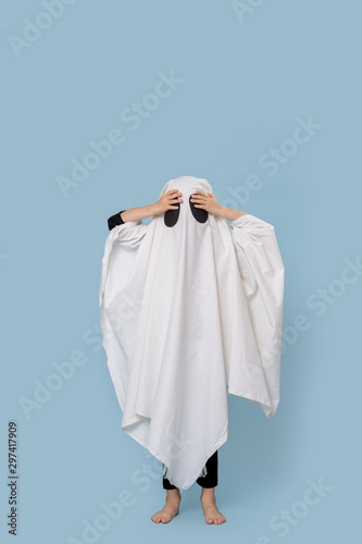Fotografía Boy in ghost costume for Halloween on blue background