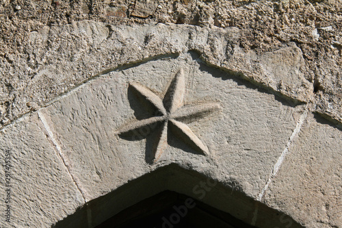 stella scolpita sull'arco del portale della  chiesa di Santa Caterina a Breien ( Wallpaper Mural
