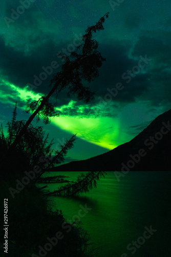 Northern Lights above lake with reflection of Aurora Canvas-taulu