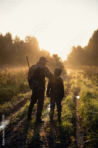 Fotografía  father pointing and guiding son on first deer hunt
