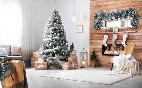 Fotomural  Festive interior with decorated Christmas tree and fireplace