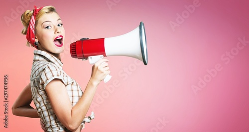 Fotografía  Portrait of woman holding megaphone, dressed in pin-up style