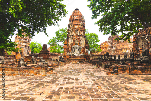 Еhe ruins of an ancient Buddhist temple in Ayutthaya, Thailand. Canvas Print