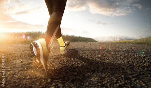 Jogger beim Laufen im Sonnenaufgang Wallpaper Mural