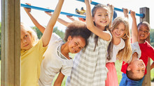 Multikulturelle Kinder Als Freunde Beim Turnen