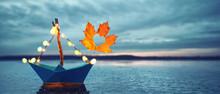 Boot Im Herbst Am See Mit Laub...
