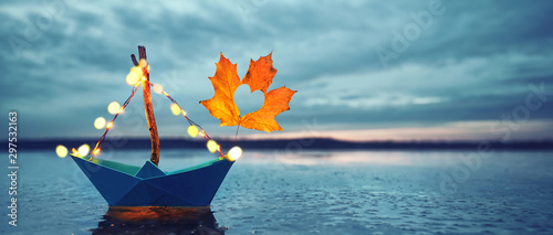 Boot im Herbst am See mit Laubsegel