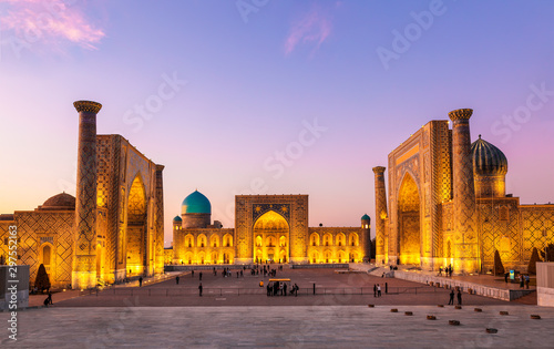 View of Registan square in Samarkand - the main square with Ulugbek madrasah, Sherdor madrasah and Tillya-Kari madrasah at sunset Fototapete