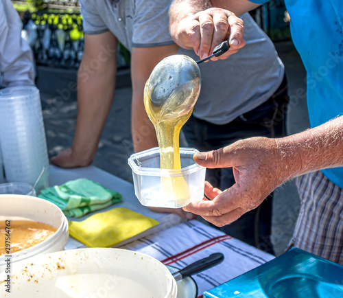 Pour honey into the dishes in the market Fototapet