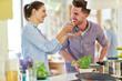 Junges Paar beim kochen und abschmecken