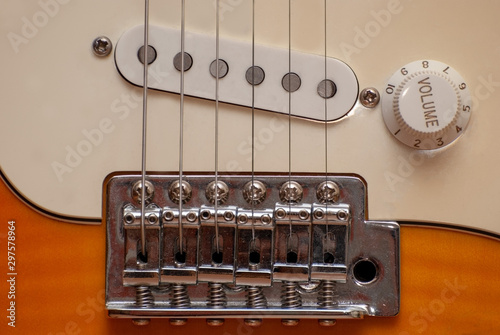 Fotografia the location of the strings of the electric guitar relative to the pickup