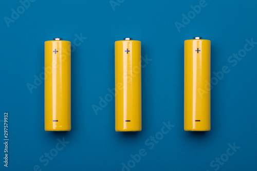 Photo Yellow AA alkaline batteries on blue background