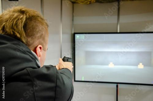 Fotografía  Man shooting in virtual shooting gallery