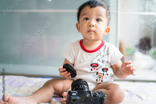 Photo  Adorable baby boy playing with camera