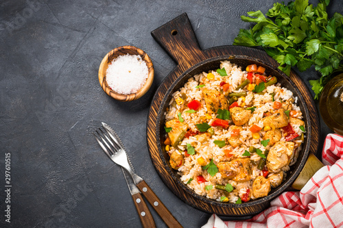 Fotografia Rice with chicken and vegetables top view.
