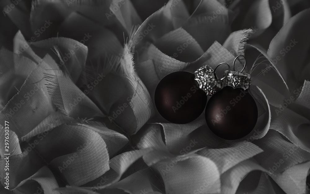 Fototapeta Imagen de Navidad en blanco y negro con 2 bolas rojas