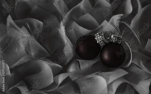 Fotografie, Tablou  Imagen de Navidad en blanco y negro con 2 bolas rojas
