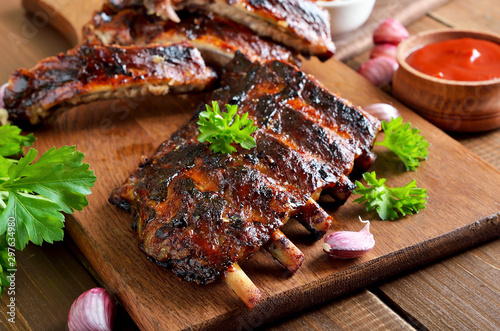 Cuadros en Lienzo Spicy hot grilled spare ribs on cutting board