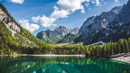 Landschaft mit Gebirge an einem Wildsee im Herbst