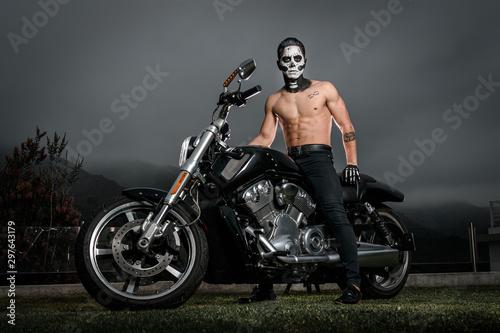 Fototapeta Zombi vampiro castigador en motocicleta en la noche