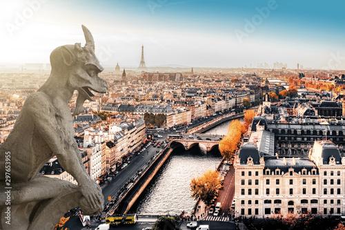 Obraz Słynny gargulec Notre Dame z widokiem na panoramę Paryża z wieżą Eiffla w tle - fototapety do salonu