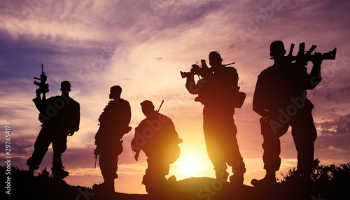 Foto  silhouette military soldier in the sunset
