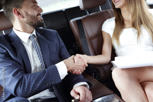 Fotomural  Businessman was congratulated in the car for completing the job