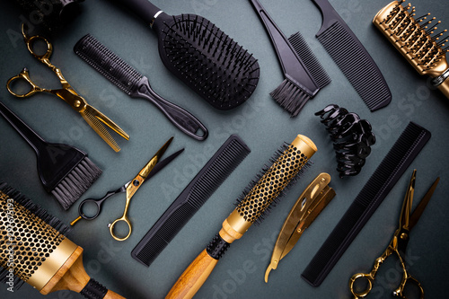 Fotomural Various hair dresser and cut tools on black background with copy space