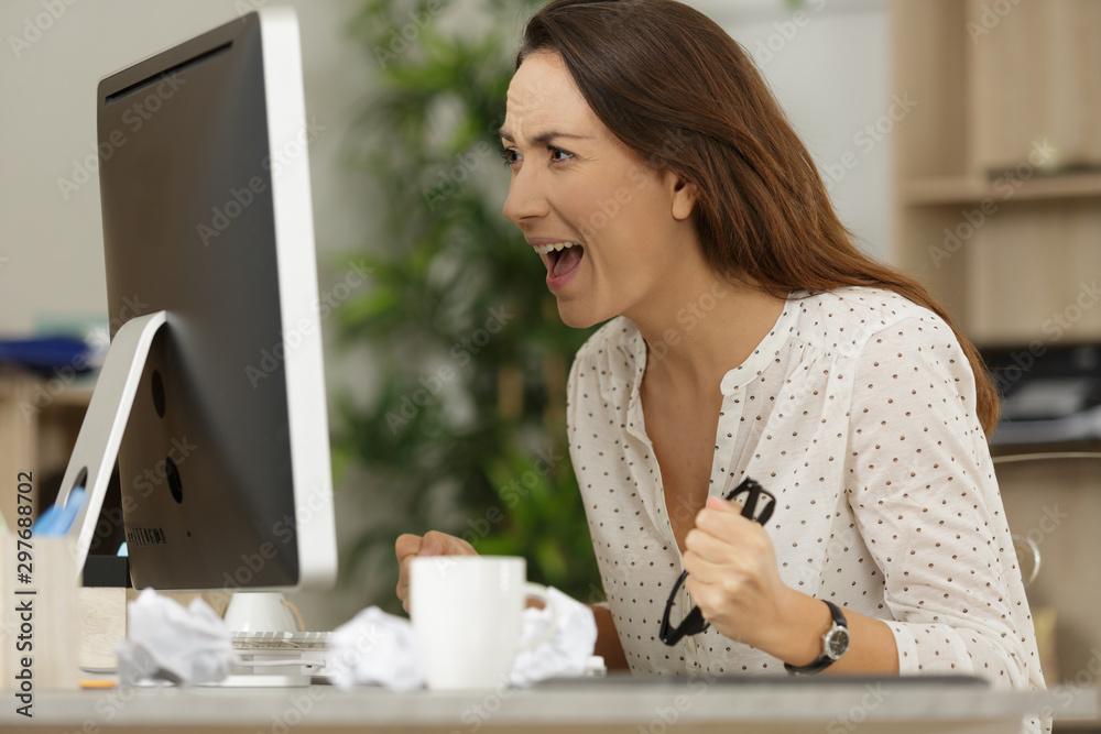 Fototapety, obrazy: woman shouting into pc