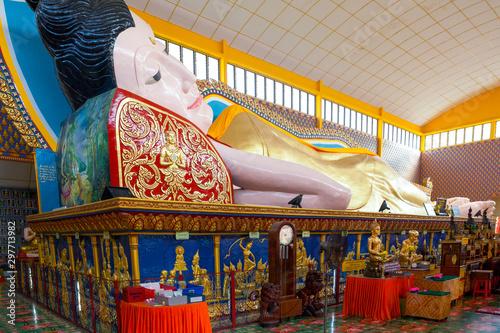 Fotografiet The large Reclining Buddha of Wat Chayamangkalaram a Thai Buddhist temple in George Town, Penang, Malaysia