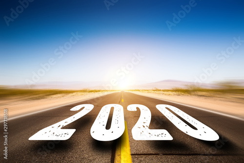 Foto auf Leinwand London straight road in the desert with numbers 2020 above it