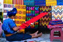 Mujer Maya Está Tejiendo Con Su Telar De Cintura En Una Calle De San Antonio Palopó Guatemala.