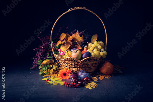 Montage in der Fensternische Indien autumnal cornucopia in round basket